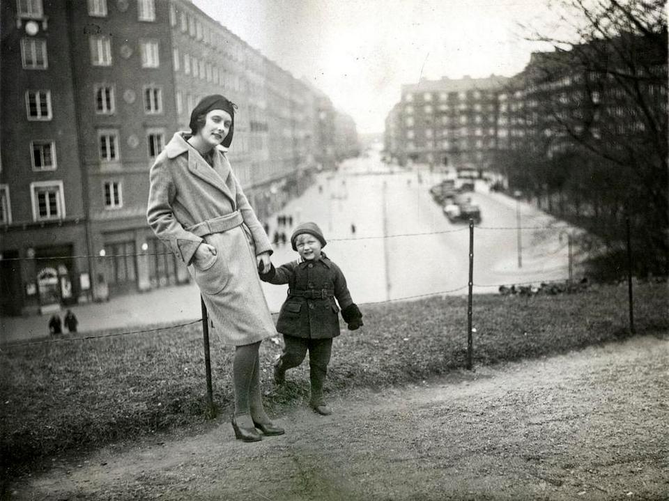 Astrid-Lindgren-e-suo-figlio-Lasse-Anno-1930-Citta-Stoccolma